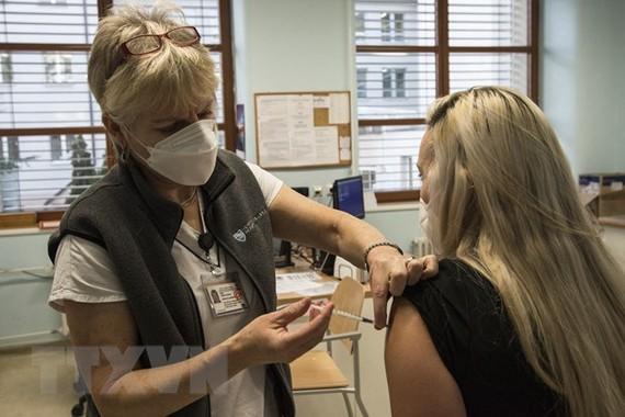 Tiêm vắcxin ngừa COVID-19 cho người dân tại Prague, CH Séc. (Ảnh: AFP/TTXVN)