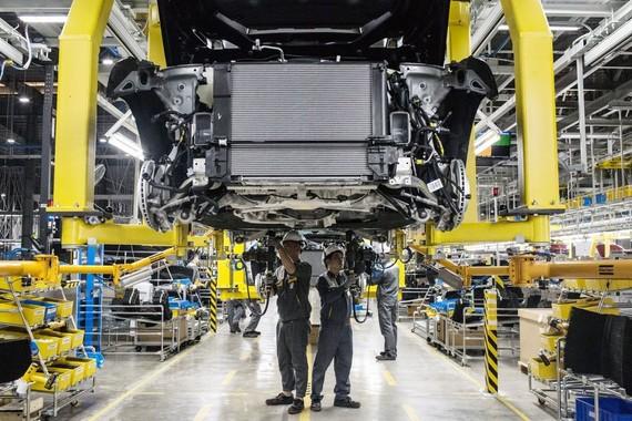 Các kỹ sư đang làm việc bên trong xưởng lắp ráp tại nhà máy VinFast Hải Phòng, Việt Nam. Ảnh: Yen Duong/Bloomberg