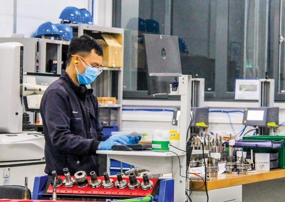 Công ty TNHH Unilersal Alloy Corporation Việt Nam có nguồn nhân lực chất lượng cao tuyển dụng từ Trường Đại học Đà Nẵng. Ảnh: X. QUỲNH