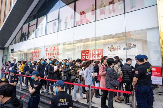 Sự xuất hiện của Uniqlo tiếp tục lập kỷ lục mới với hàng dài tín đồ mua sắm xếp hàng chờ khai trương