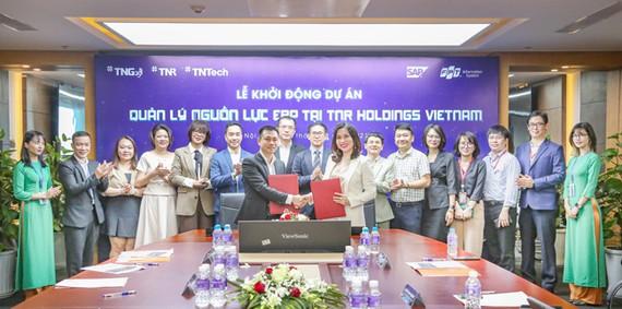Bà Phạm Thị Vân Hà – Chủ tịch HĐQT TNR Holdings Vietnam và ông Đinh Tiên Hoàng – TGĐ khối Dịch vụ ERP, Công ty Hệ thống thông tin FPT ký kết hợp tác