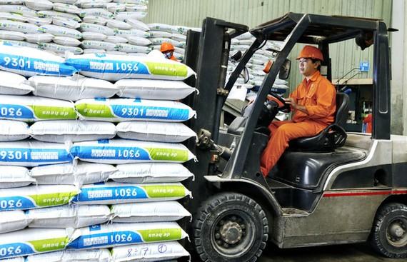 Giá nguyên liệu thế giới tăng chóng mặt khiến các nhà máy trong nước liên tục phải tăng giá bán lẻ thức ăn chăn nuôi - Ảnh: TRẦN MẠNH
