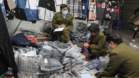 Lực lượng Quản lý thị trường kiểm tra hàng hóa tại chợ Ninh Hiệp, Gia Lâm, Hà Nội. (Ảnh: PV/Vietnam+)