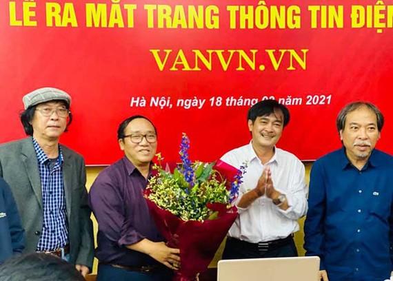 Nhà thơ Nguyễn Quang Thiều và nhà thơ Phan Hoàng tặng hoa cảm ơn nhà thơ Trần Đăng Khoa, nhà thơ Nguyễn Việt Chiến và Ban Biên tập website khóa IX.