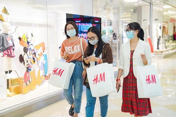 """Người tiêu dùng """"giải nén"""" nhu cầu mua sắm sau các đợt giãn cách"""