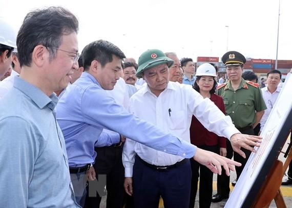 Thủ tướng Nguyễn Xuân Phúc thăm Bến cảng quốc tế Cái Mép. (Ảnh: Thống Nhất/TTXVN)