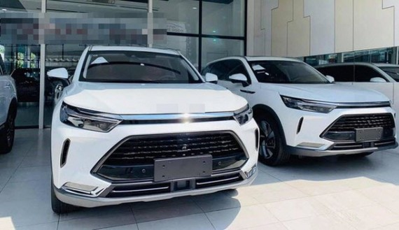 Lượng xe nhập khẩu từ Trung Quốc về Việt Nam ngày càng nhiều, trong thời gian tới có thể có nhiều mẫu hơn, trong đó có thể có xe điện (ảnh chụp một showroom xe tại Hà Nội).