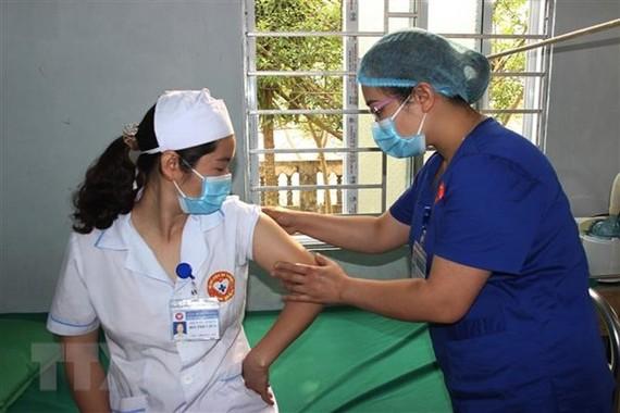 Kiểm tra các phản ứng sau khi tiêm vaccine phòng COVID-19 tại huyện Xín Mần (Hà Giang). (Ảnh: Văn Long/TTXVN phát)