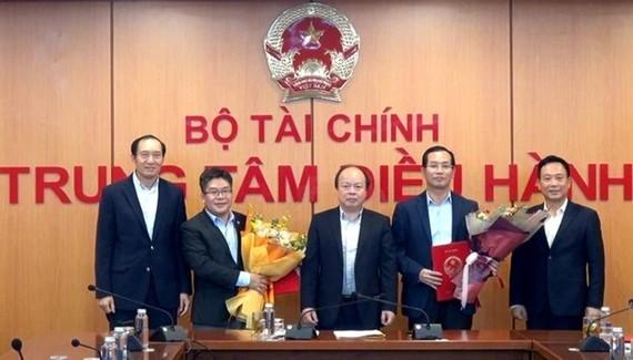 Thứ trưởng Huỳnh Quang Hải đã trao các Quyết định điều động bổ nhiệm cho các chức danh Chủ tịch và Tổng giám đốc Sở giao dịch chứng khoán Việt Nam. (Ảnh: vneconomy.vn)