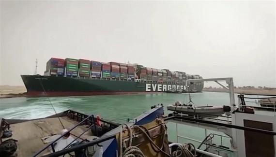Tàu Ever Given bị mắc kẹt ở kênh đào Suez. (Ảnh: BBC)