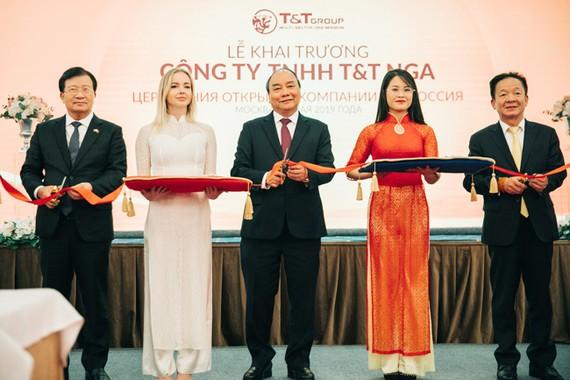 Thủ tướng Chính phủ Nguyễn Xuân Phúc, Phó Thủ tướng Chính phủ Trịnh Đình Dũng, cùng Chủ tịch HĐQT kiêm Tổng giám đốc Tập đoàn T&T Group Đỗ Quang Hiển, cắt băng khai trương Công ty T&T Nga vào ngày 22-5-2019.
