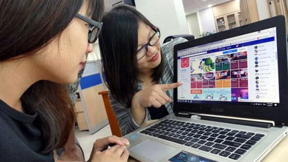 Các DN bán lẻ, bán hàng trực tuyến (online) hoặc DN kinh doanh truyền thống cần nâng cao kỹ năng số, kỹ năng kinh doanh. (Ảnh minh họa: KT)