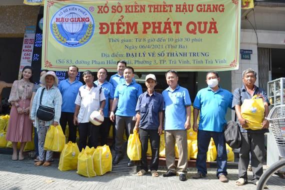 Đoàn Công ty XSKT chụp hình lưu niệm với người bán vé số dạo trên địa bàn Trà Vinh.
