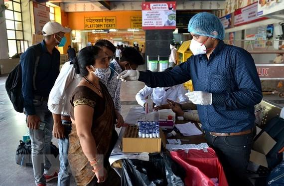 Một điểm xét nghiệm COVID-19 tại New Delhi, Ấn Độ. (Ảnh: THX/TTXVN)