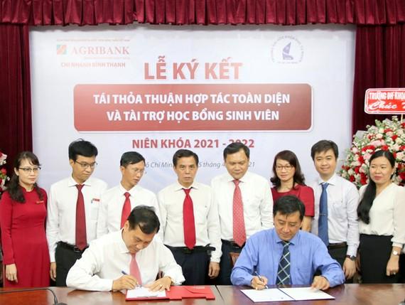Ông Nguyễn Đình Huấn - Giám đốc Agribank Chi nhánh Bình Thạnh (bên phải) và PGS.TS. Trần Lê Quan - Phó Hiệu trưởng Trường đại học Khoa học Tự nhiên ký kết thỏa thuận hợp tác