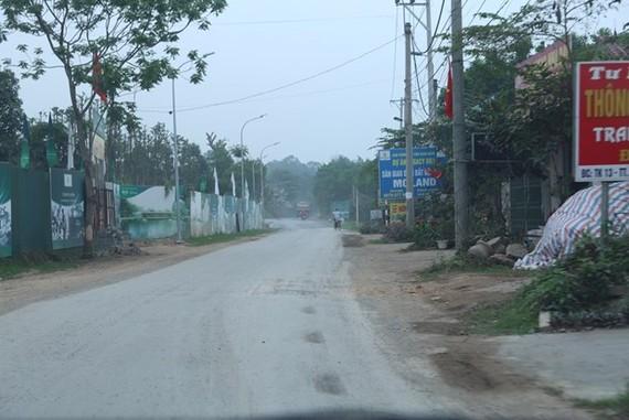 Các dự án quây kín bằng những tấm pano quảng cáo dọc các tuyến đường các xã trên địa bàn huyện Lương Sơn. (Ảnh: Trọng Đạt/TTXVN)