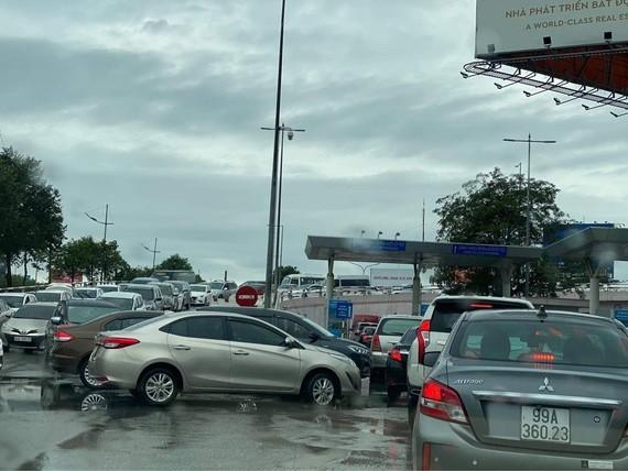 Ùn ứ lối vào ô tô tại nhà ga Nội Bài trưa 17.4