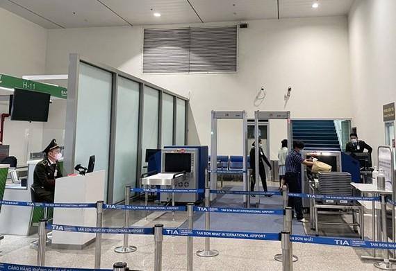 Sân bay Tân Sơn Nhất bổ sung 5 máy soi chiếu an ninh phục vụ lễ 30/4