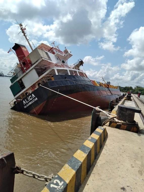 Tàu hàng bị nghiêng ở Tân Cảng Hiệp Phước - Ảnh: Bạn đọc cung cấp