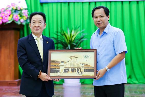 Ông Lê Quang Mạnh, Ủy viên BCH Trung ương Đảng, Bí thư Thành ủy Cần Thơ tặng quà lưu niệm cho ông Đỗ Quang Hiển, Chủ tịch Tập đoàn T&T Group nhân dịp 2 bên ký thỏa thuận hợp tác chiến lược.