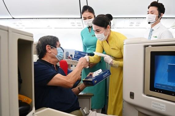 Các vị khách may mắn nhận được phần quà bất ngờ từ Vietnam Airlines.