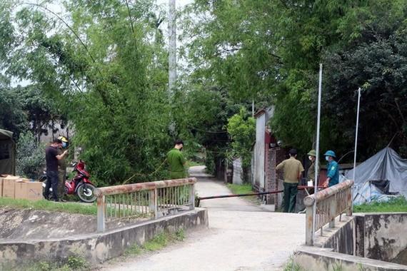Lập chốt kiểm soát dịch bệnh tại thôn Nội Đọ, xã Bắc Lý, huyện Lý Nhân. (Ảnh: Đại Nghĩa/TTXVN)