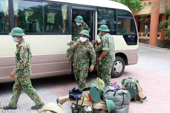 Cán bộ, chiến sỹ chuẩn bị quân tư trang sẵn sàng lên đường làm nhiệm vụ tại Thừa Thiên-Huế. (Ảnh: Đỗ Trưởng/TTXVN)
