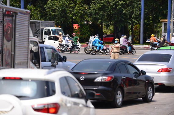 Lực lượng CSGT TP.HCM phân luồng giao thông tại nút giao thông An Phú - đường dẫn cao tốc ngày 30-4 - Ảnh: QUANG ĐỊNH