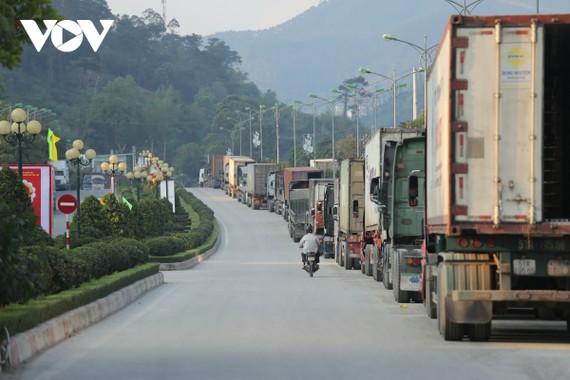 Đoàn xe nối đuôi nhau kéo dài từ khu vực cầu Đồng Đăng (thị trấn Đồng Đăng, huyện Cao Lộc)...đến tận bên trong khu vực cửa khẩu Hữu Nghị.