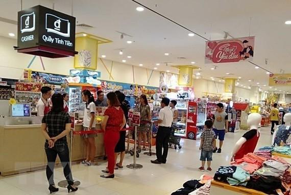 Người dân đến mua sắm tại siêu thị Aeon Mall. (Ảnh: Hải Âu/TTXVN)