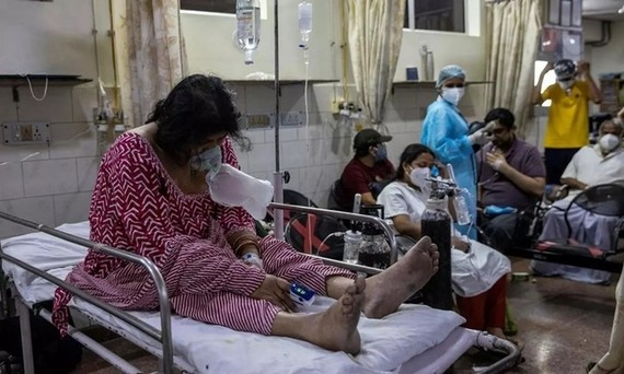 Điểm nghẽn chặn nguồn sống của bệnh nhân Covid-19 Ấn Độ