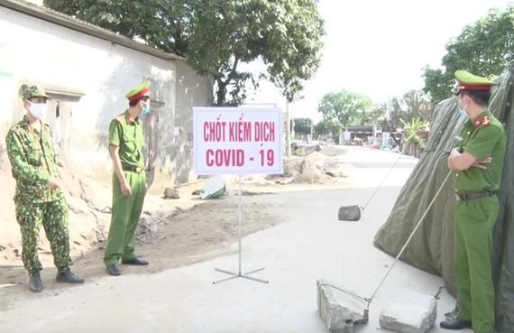 Một chốt kiểm dịch tại xã Tiên Tiến, huyện Phù Cừ, Hưng Yên. (Ảnh: Đinh Tuấn/TTXVN)