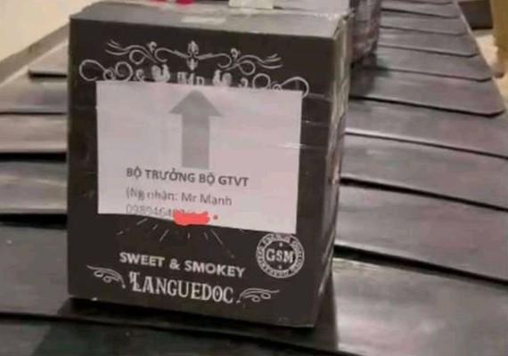 Lô hàng hóa gắn tên Bộ trưởng Bộ GTVT trên băng chuyền hành lý tại sân bay Tân Sơn Nhất. (Ảnh cắt từ clip)
