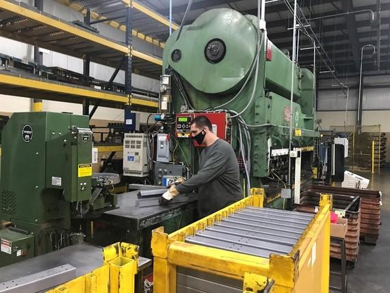 Sản xuất chân bàn làm việc bằng thép tại nhà máy của Tennsco ở Dickson, Tennessee, Mỹ vào ngày 17/2. Ảnh: Reuters.