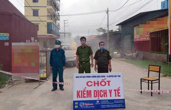 Chốt kiểm dịch tại tổ dân phố My Điền 2 cạnh khu công nghiệp Vân Trung, nơi có công nhân ở trọ và làm việc bị nhiễm Covid-19. Ảnh: Cổng thông tin điện tử tỉnh Bắc Giang.