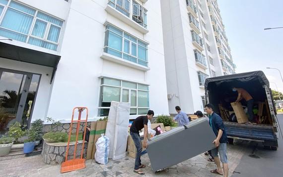 Một hộ dân chuyển đồ khi thuê nhà ở một chung cư tại huyện Nhà Bè (TP.HCM) - Ảnh: TỰ TRUNG