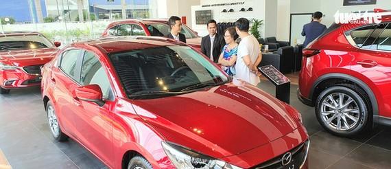Khách hàng đang xem xe tại showroom ô tô ở TP.HCM - Ảnh: CÔNG TRUNG