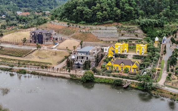 """Nhiều công trình """"biệt phủ"""" xây dựng vi phạm tại khu vực hồ Đồng Đò, Minh Trí, Sóc Sơn năm 2019 - Ảnh: NAM TRẦN"""
