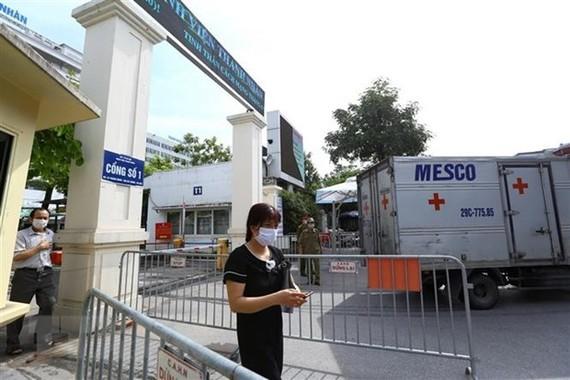 Khu vực cổng vào Bệnh viện Thanh Nhàn. (Ảnh: Minh Quyết/TTXVN)