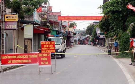 Chốt kiểm soát dịch COVID-19 ở khu vực đầu vào xã Yên Thắng, huyện Ý Yên (Nam Định). (Ảnh: Văn Đạt/TTXVN)