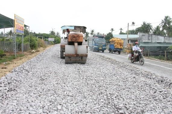 Thi công dự án cải tạo nâng cấp Quốc lộ 57. (Ảnh Công Trí/TTXVN)