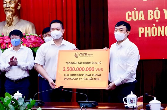 Đại diện Tập đoàn T&T Group trao ủng hộ tỉnh Bắc Ninh 500 tấn gạo và 2,5 tỷ đồng