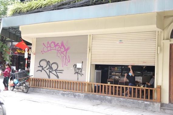 Một quán cafe đã đóng cửa hàng từ 11h50. (Ảnh: Hoàng Hiếu/TTXVN)