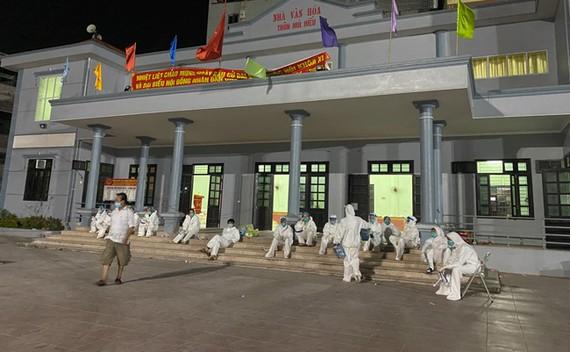 Phút nghỉ ngơi của những chiến sĩ áo trắng tại thôn Núi Hiểu xã Quang Châu, Việt Yên