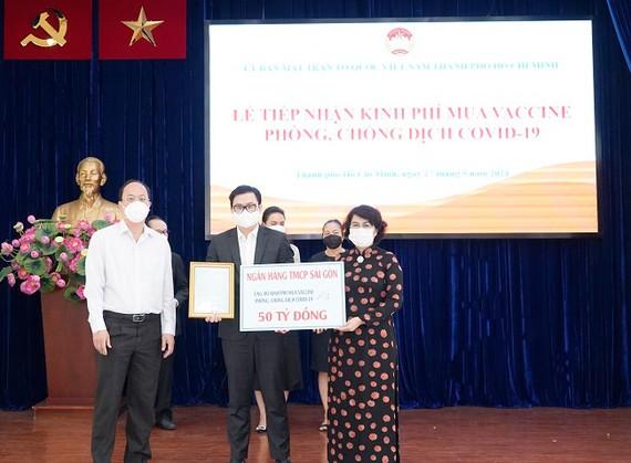 Ông Trương Khánh Hoàng - Quyền Tổng Giám đốc SCB trao bảng tượng trưng đóng góp 50 tỷ đồng.