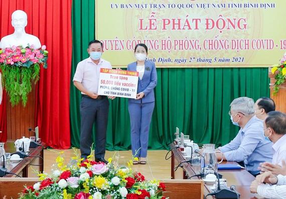 Ông Nguyễn Hữu Sang – Đại diện Tập đoàn Hưng Thịnh trao tặng 50.000 liều vaccine phòng, chống Covid-19 cho tỉnh Bình Định