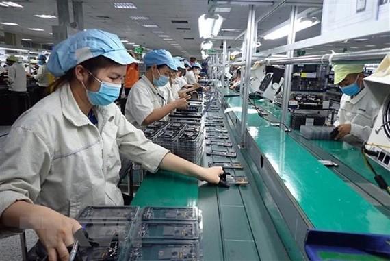 Công nhân công ty trách nhiệm hữu hạn Hadanbi Vina (Khu công nghiệp Điềm Thụy, huyện Phú Bình, tỉnh Thái Nguyên) đeo khẩu trang phòng, chống dịch COVID-19 khi làm việc (ảnh chụp ngày 14/5/2021). (Ảnh: Anh Tuấn/TTXVN)