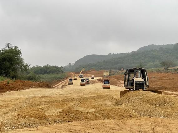 4 dự án thành phần của cao tốc Bắc-Nam đang thi công đối mặt với nguy cơ chậm tiến độ vì thiếu nguồn vật liệu. Ảnh: VGP/Phan Trang.