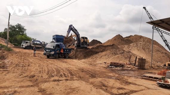 Nguồn cát san lấp mặt bằng và cát xây dựng đang sốt giá và khan hiếm.