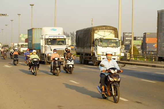 Người dân và phương tiện từ TPHCM về Đồng Nai. Ảnh: Đức Nguyễn (chụp sáng 5-6)